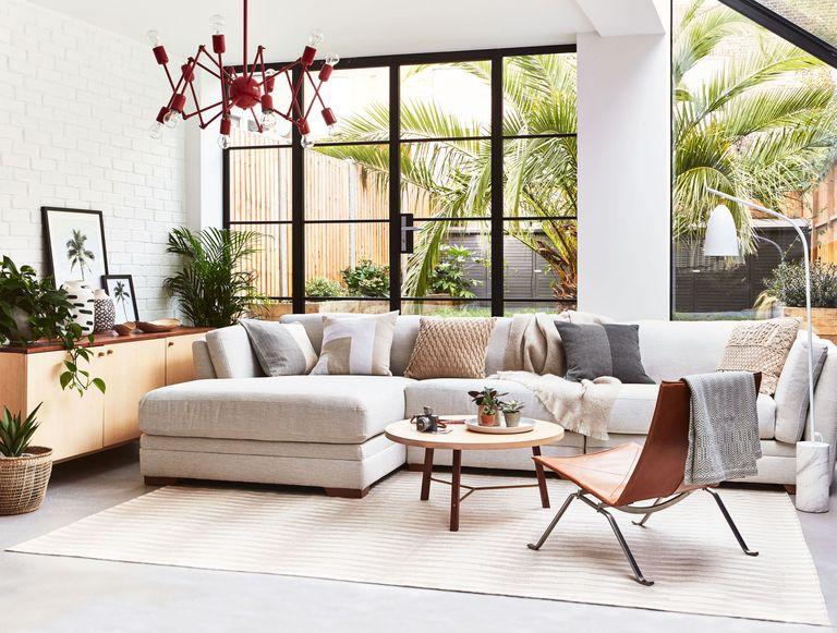 Ngồi thử khi chọnmua sofa mới là cách để bạn kiểm tra chất lượng sản phẩm có tốt hay không