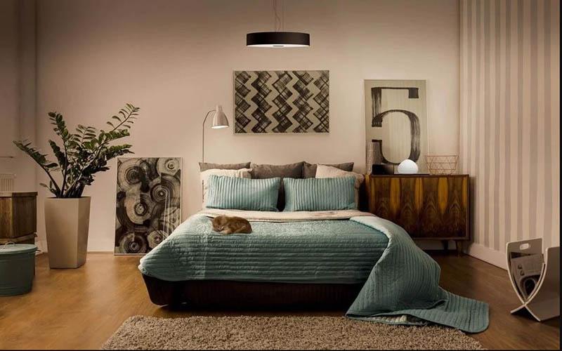 Treo đèn chùm, quạt ngay trên giường ngủ