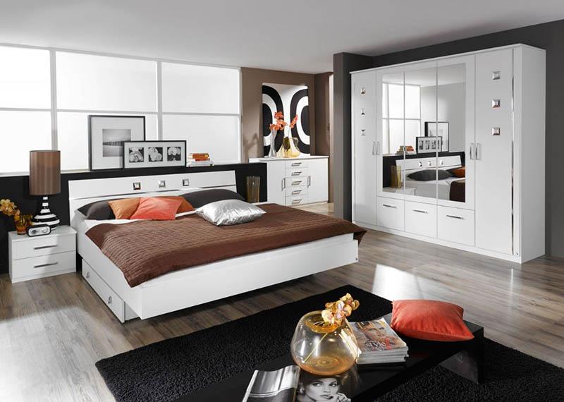 Cần tránh để gương chiếu vào giường ngủ
