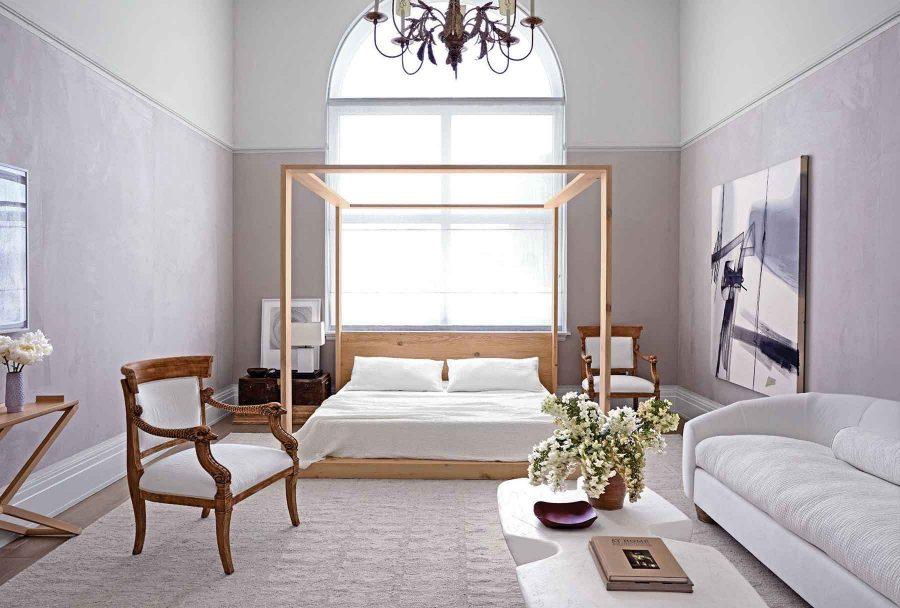 Phòng ngủ rộng rãi với ánh sáng bao phủ khắp phòng