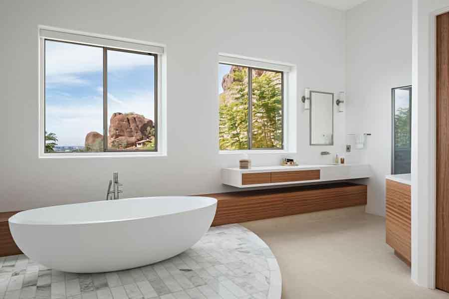 Phòng tắm với hai gam màu chính mang đến không gian thoáng mát