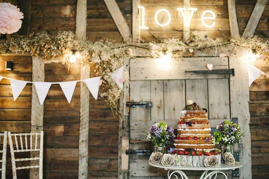 Thiết kế của Rustic Wedding mang đến không gian ấm áp và mềm mại