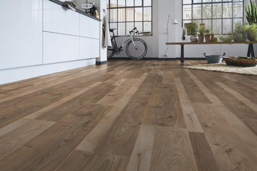 Mặt sàn gỗ được ghép lại với nhau một cách chặt chẽ.