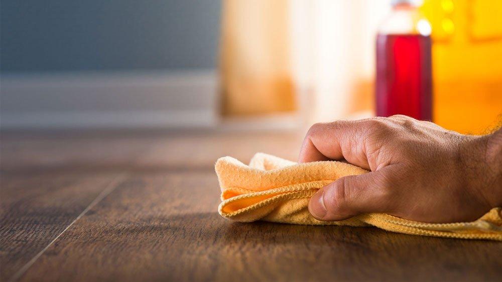 Sàn gỗ công nghiệp rất dễ dàng để lau chùi