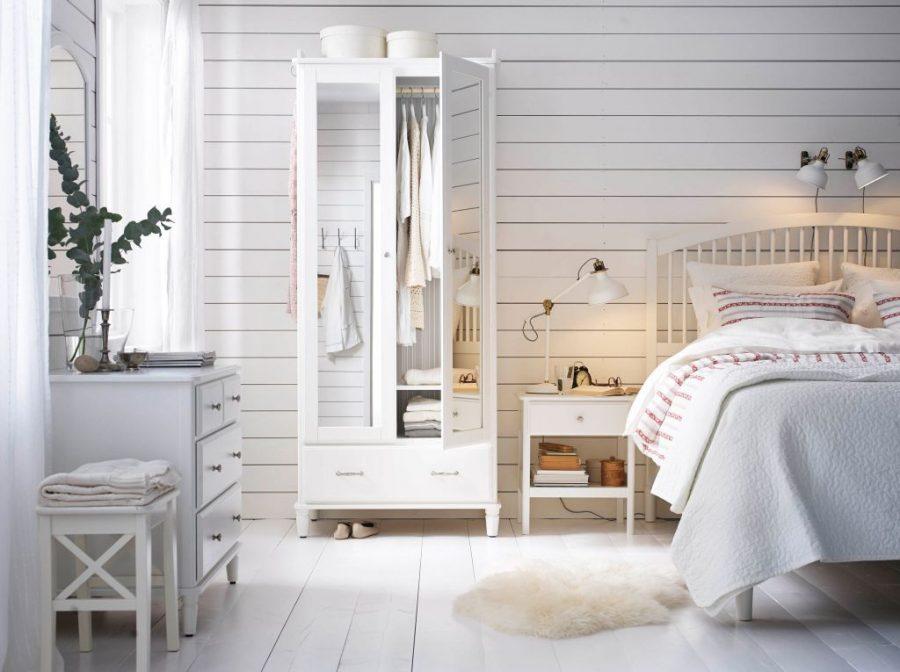 Giường ngủ với khung gỗ màu trắng đơn giản nhưng ấn tượng