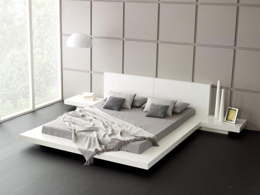 Các mảng tường vuông đậm đóng góp một yếu tố trang trí cho phòng ngủ tối giản này