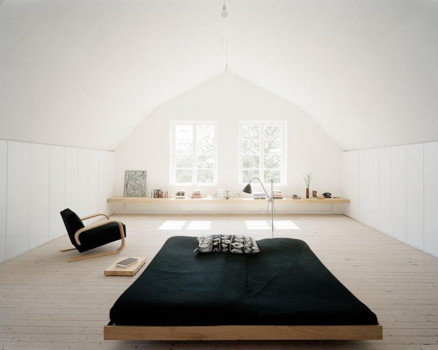 Giường thấp là một cách tuyệt vời để nhấn mạnh không gian trong phòng ngủ
