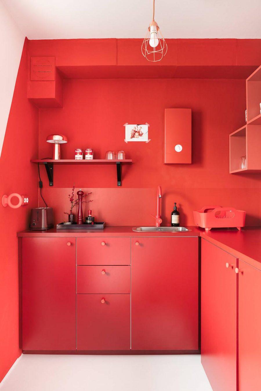 Đỏ rực và cuốn hút với hệ thống tủ bếp đồng bộ màu sắc