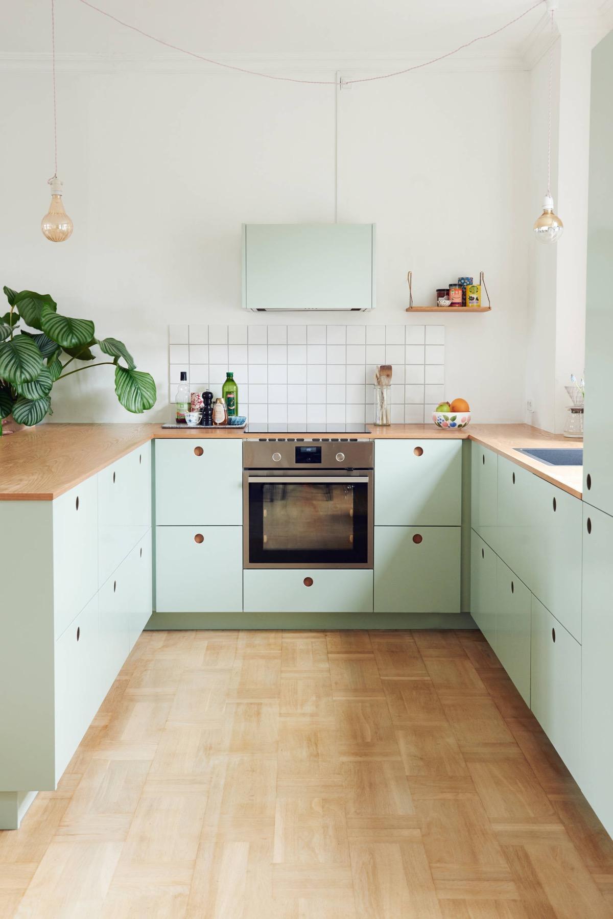 Thiết kế tủ bếp ấn tượng với phần tay nắm khác biệt