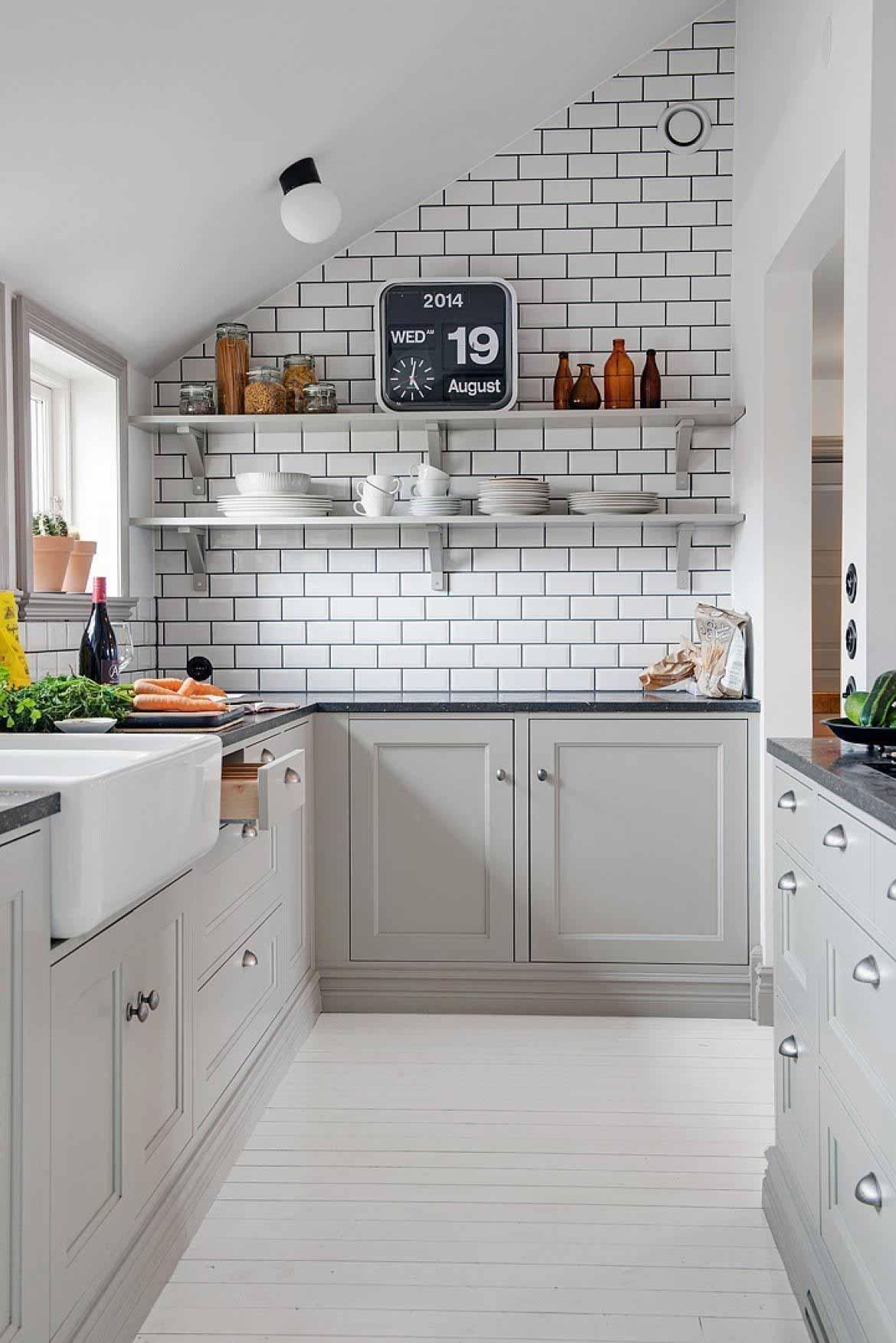 Đồng hồ điện tử giúp tủ bếp treo tường trông ấn tượng hơn rất nhiều