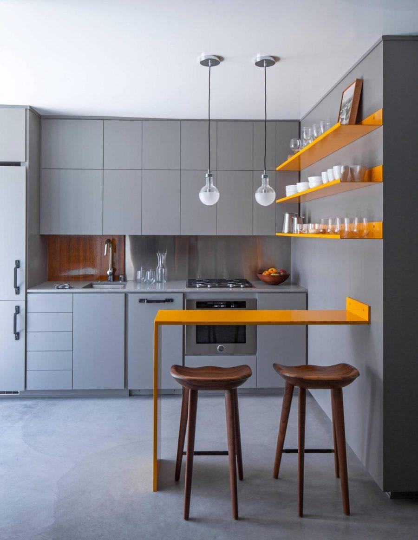 Vẻ ngoài sặc sỡ của tủ treo tường trong căn bếp này đã chiếm lấy ánh nhìn đầu tiên của mọi người
