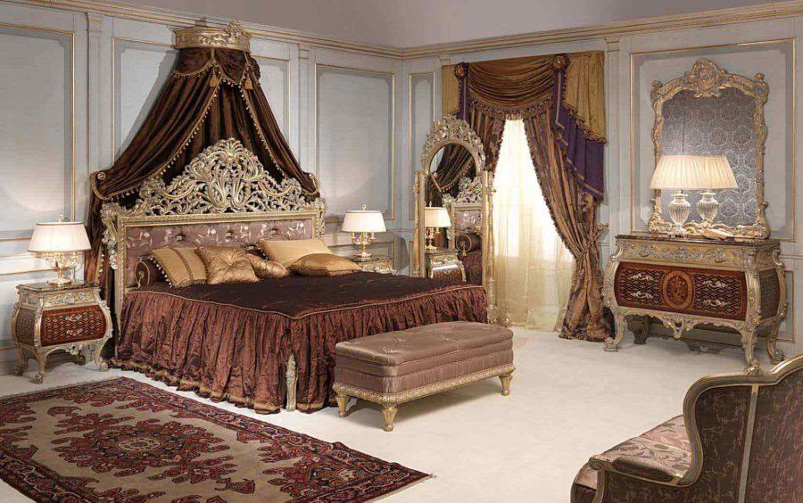 Phần thành giường được trạm trổ cực kỳ công phu với những chi tiết ấn tượng