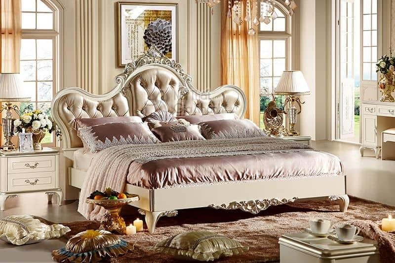 Nội thất phòng ngủ phong cách cổ điển Bazzi được làm từ gỗ quý hiếm tự nhiên và da tự nhiên thêu các họa tiết hoa trên bề mặt đẹp mắt
