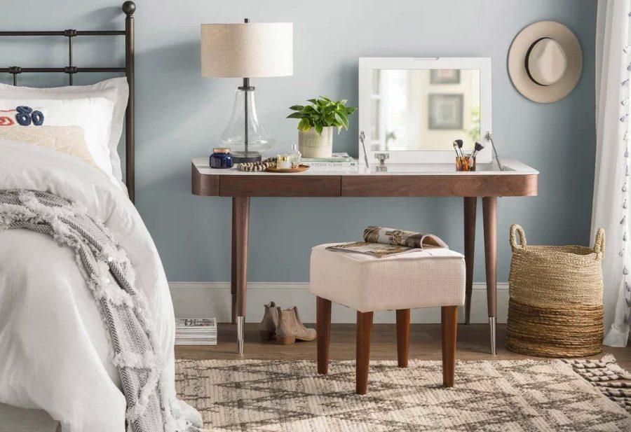 Bàn trang điểm đóng vai trò thay cho tủ đầu giường một cách hợp lý