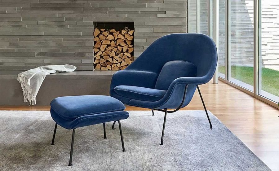 Chiếc ghế thư giãn màu xanh được bọc nhung bên ngoài cực kỳ êm ái. Kết hợp thêm một chiếc ghế nhỏ phía trước để gác chân cực kỳ hiệu quả