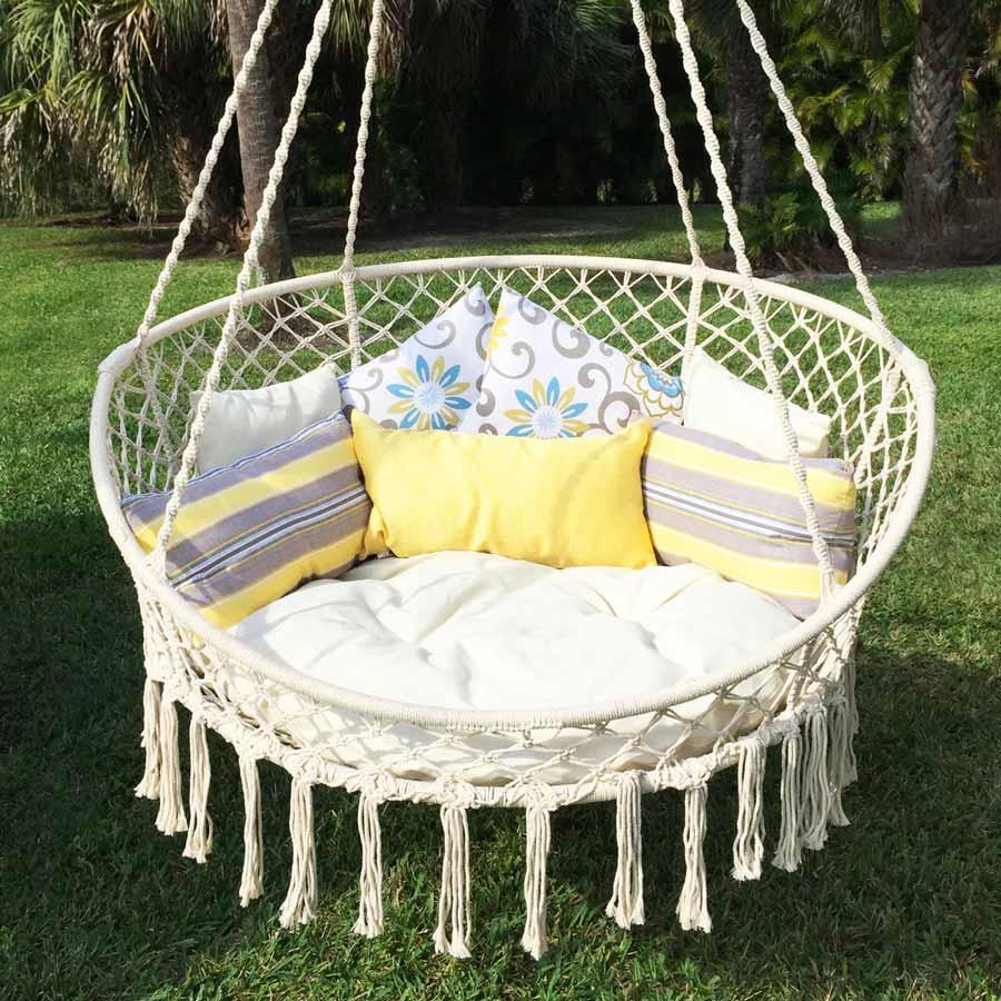 Nếu bạn đang tìm kiếm một chiếc ghế thư giãn để đặt trong khu vườn ở sân sau của mình, hãy xem xét chiếc ghế đu với những sợi dây thừng dài kết hợp với rất nhiều gối để làm cho chiếc ghế trở nên mềm mại hơn rất nhiều