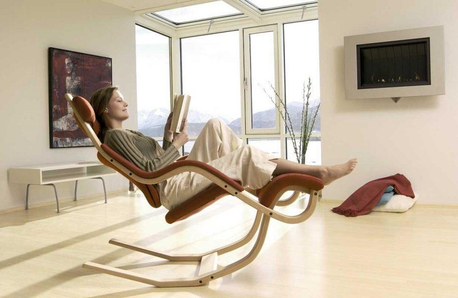 Chiếc ghế độc đáo này là một cách lý tưởng để thư giãn. Kết cấu bằng gỗ uốn cong chắc chắn, ghế ngồi mềm mại, tựa lưng và gác chân mang đến cho bạn sự thoải mái đặc biệt