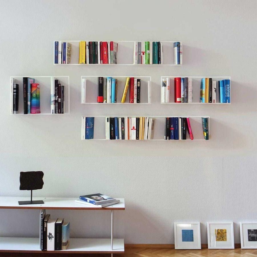 Giá sách đơn giản với đa dạng những quyển sách khác nhau