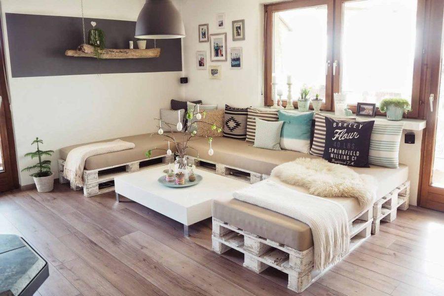 Chỉ với những tấm pallet xếp liền kề với nhau. Kết hợp với những tấm nệm lót là bạn đã có ngay cho mình một chiếc ghế sofa dài trong phòng khách rồi