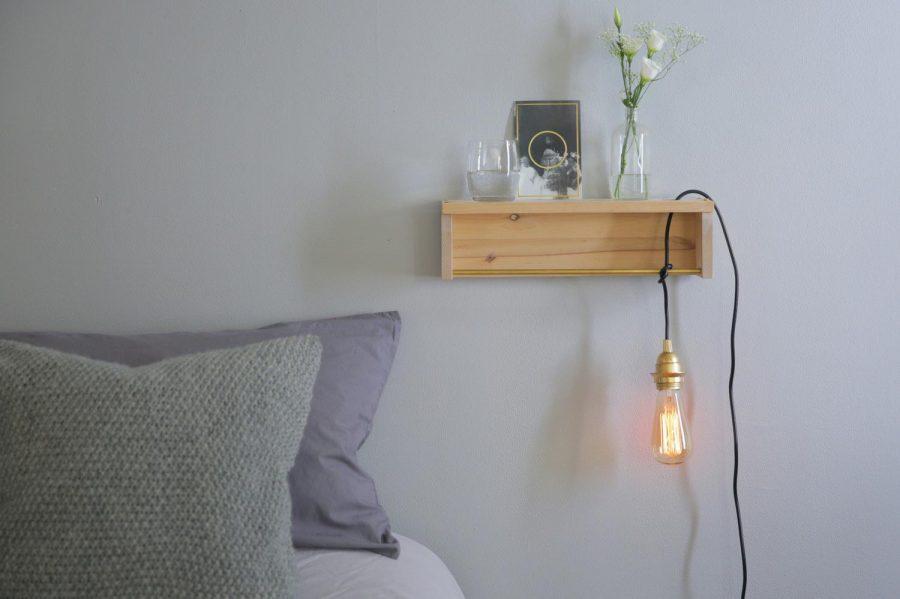 Kệ đầu giường là một phần thiết yếu của đồ nội thất trong phòng ngủ