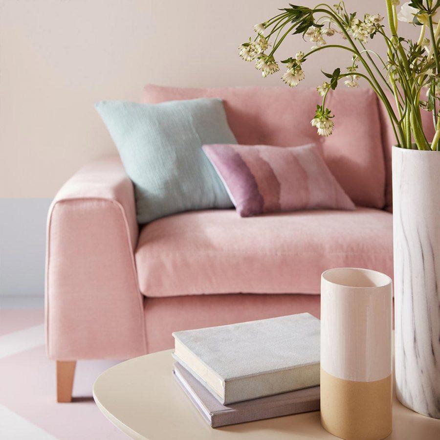 Một bộ sofa hồng trong nhà cũng là sự lựa chọn không tồi cho những cô nàng kẹo ngọt