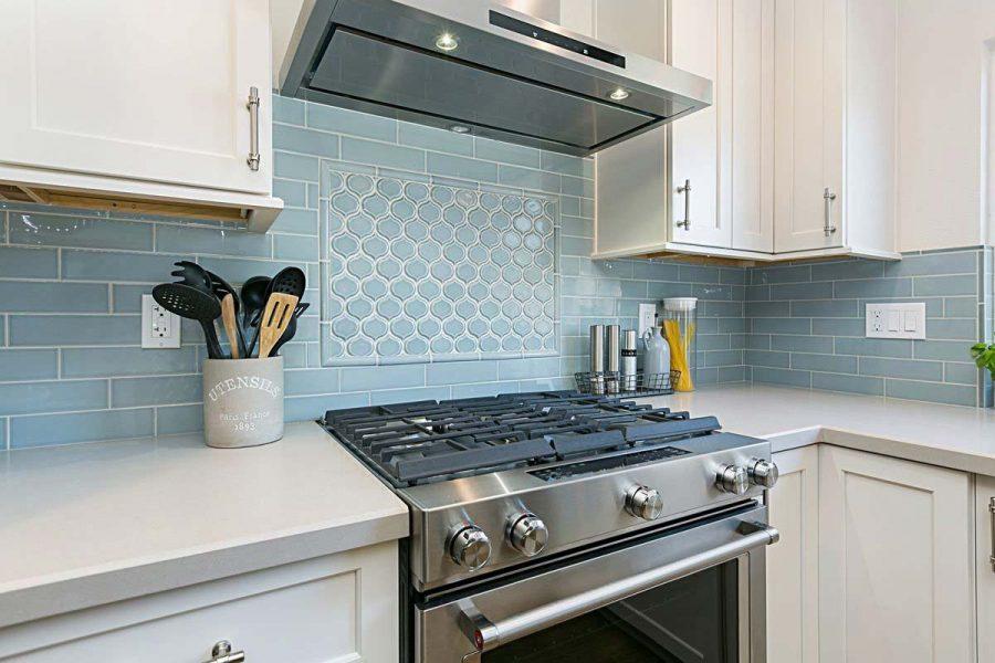 Gạch ốp cho gian bếp màu pastel phù hợp với không gian màu trắng