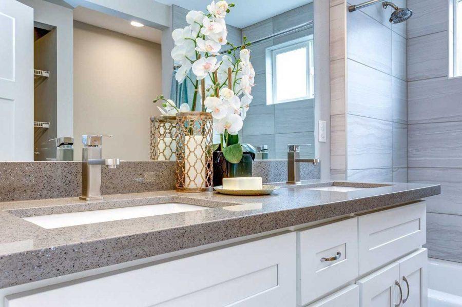 Mặt bàn đá hoa cương trong phòng tắm mang đến không gian nổi bật