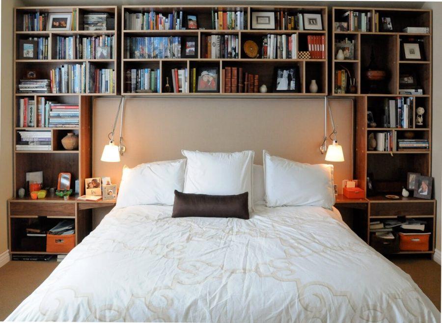 Kệ sách ngay đầu giường là một lựa chọn giúp tiết kiệm không gian để lưu trữ sách trong phòng ngủ có quy mô nhỏ. Quan trọng nó giúp bạn không phải tốn quá nhiều thời gian để di chuyển đến khu vực kệ sách để lấy sách nữa