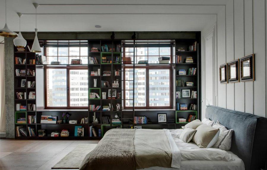 Kệ sách gỗ được thiết kế bọc theo viền cửa sổ. Thang thư viện giúp cho bạn có thể sử dụng toàn bộ chiều cao của bức tường và lấy bất cứ quyển sách nào mà mình yêu thích