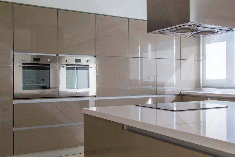 Hãy xem xét không gian và nhu cầu của mình để chọn một mẫu tủ bếp đẹp nhất nhé