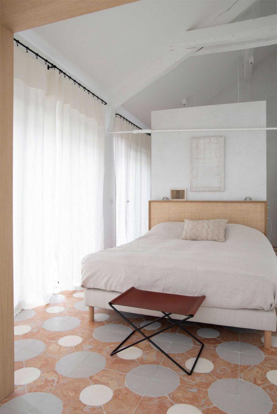 Decor phòng ngủ bao gồm rèm cửa có cả chức năng che chắn và tạo vẻ ngoài ấn tượng cho không gian căn phòng