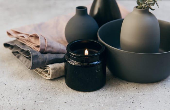 Kết hợp hai màu của năm 2021 theo cách đặc biệt nhất: ngọn lửa vàng và chân nến, đồ gốm sứ màu xám.