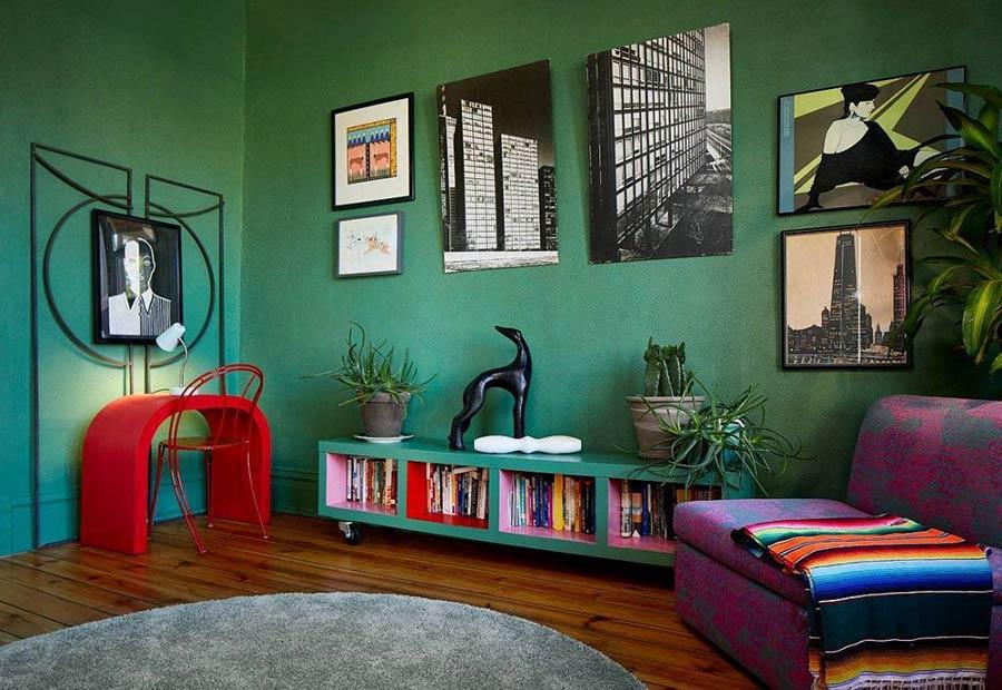 Phòng khách đầy màu sắc với bức tường màu xanh đậm và lối trang trí chiết trung.