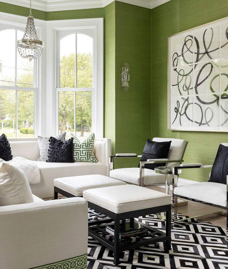 Bức tường màu xanh lá cây khá thú vị với các chi tiết trang trí màu trắng.